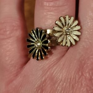 Set of 2 Black/White Daisy Rings, Size 8